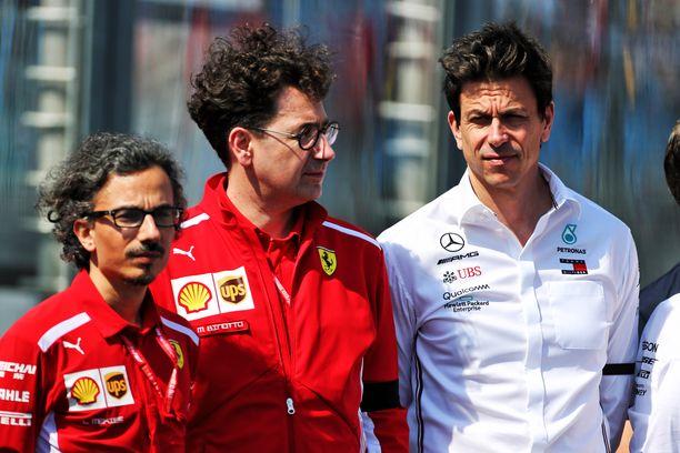 Ferrarin tallipäällikkö Mattia Binotto (kesk.) ja Merces-pomo Toto Wolff uskovat, ettei Melbourne kertonut kaikkea alkaneesta F1-kaudesta.