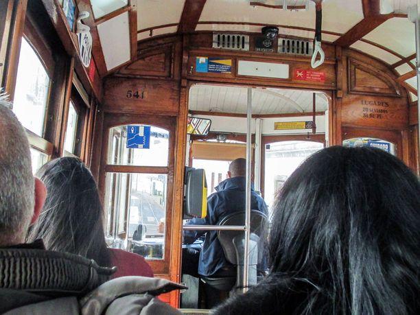 Raitiovaunussa on tunnelmaa. Lissabonin julkinen liikenne on toimivaa ja edullista.