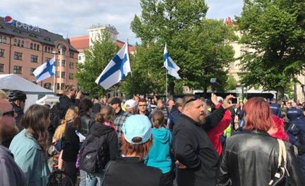Rautatientorille kerääntyi maanantaina runsaasti yleisöä seuraamaan, kun poliisi tuli varmistamaan leirin purkamisen sujumista.