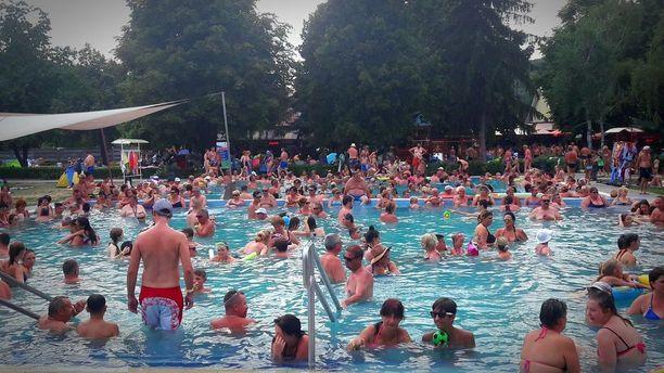 Unkarissa leirintäalueen uima-altaat ovat olleet helleaallon aikaan kovassa käytössä, kertoo alueella lomaileva suomalainen.
