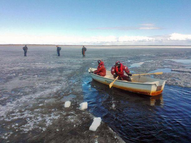 Jäälle jumiin jääneet pelastettiin soutuveneellä.