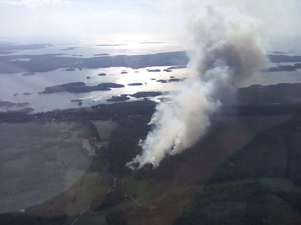 Pyhärannan maastopalo aiheuttaa paljon savua.