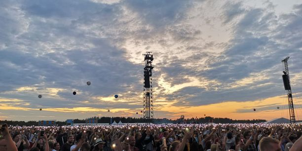 Perfect-hitin aikana yleisö sai aikaan valomeren, jota täydensi kaunis auringonlasku.