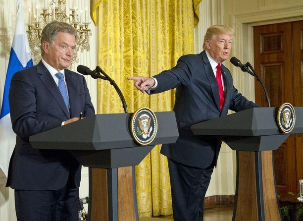 Presidentit Niinistö ja Trump tiedotustilaisuudessa Valkoisessa talossa maanantaina.