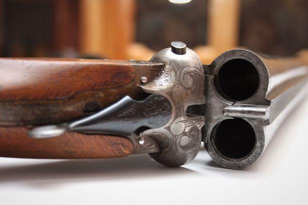Vammat aiheuttanut patruuna lähti rinnakkaispiippuisen haulikon vasemmasta putkesta. Kuvituskuva samankaltaisesta aseesta.