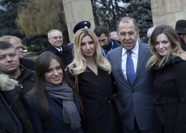 Venäjän ulkoministeri Sergei Lavrov poseerasi äärioikeistolaisen Venäjä-mielisen ryhmän kanssa Serbiassa joulukuun puolivälissä. Yksi Montenegron vallankaappausyrityksestä epäillyistä miehistä, Nemanja Ristic on kuvassa vasemmalla.