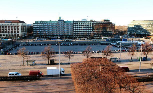 Heikki Hursti jakoi vähävaraisille ruokapusseja Hakaniemen torilla itsenäisyyspäivänä.