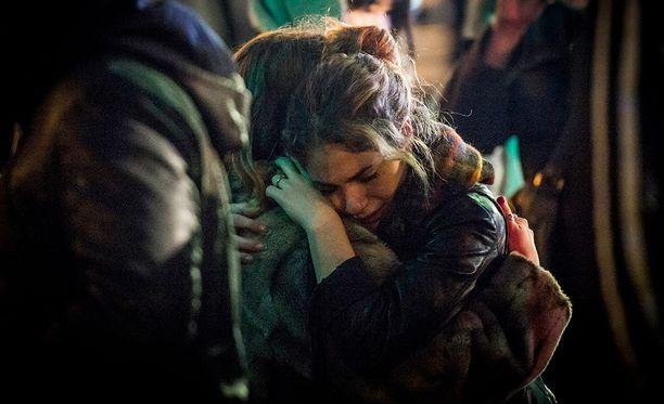 Järkyttyneet ihmiset pitelivät toisiaan iskua seuranneena päivänä Pariisissa.