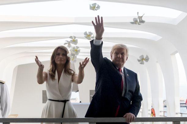 Melania ja Donald Trump vierailivat ennen Japania Pearl Harborissa Havaijilla.