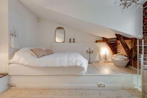 Ullakkoasunnon parvella on matala tila tunnelmalliselle makuuhuoneelle.