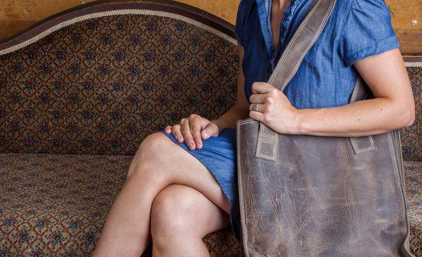 """Jos ei ole täysin suoraviivainen minimalisti, käsilaukkuun tulee usein pakattua """"kaikenlaista oleellista tavaraa"""", jopa useita kiloja."""