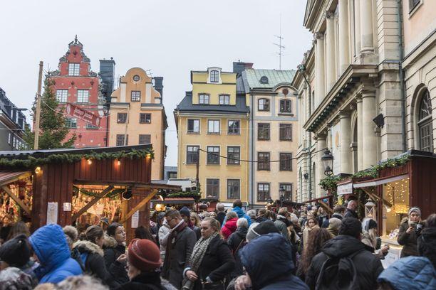 Suurtorin joulumarkkinoilla vanhassakaupungissa riittää kuhinaa. Tämä joulutori on avoinna aatonaatton asti.