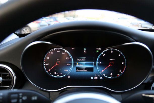 Kuljettajan eteen saa lisävarusteena digitaalisen mittariston, joka muistuttaa visuaalisesti analogista mittaristoa.. Tätä mittaristoa voi kuitenkin muokata oman maun mukaiseksi.