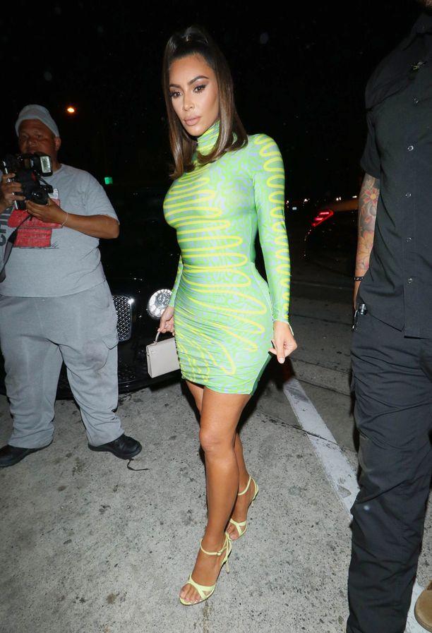 Maisie Wilen -neulemekko sopii Kim Kardashianin päälle kuin tehty. Poolokauluksinen ja pitkähihainen mekko korostaa tähden kurveja.
