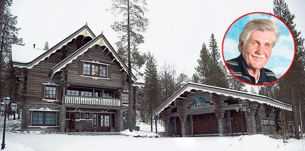 Teollisuusneuvos Jorma Lillbacka on viihtynyt hyvin Levin maisemissa komeassa hirsilinnassaan, jonka erottaa erikoisen Golden Bear -kyltin ansiosta. Se on tilattu erityisesti italialaiselta puusepältä.