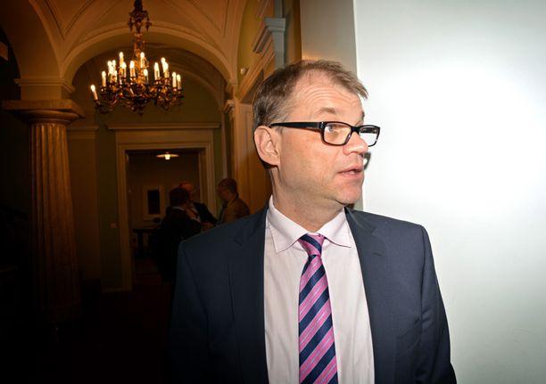 Juha Sipilä (kesk) etsiskeli Smolnassa kahvia vielä kymmenen aikaan keskiviikkoiltana.