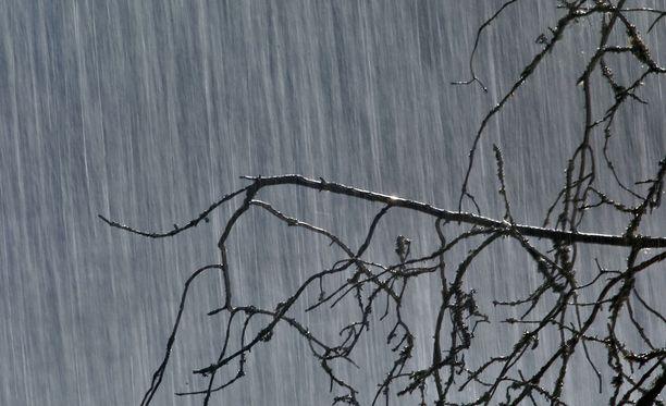 Tiistaina sataa vettä monin paikoin koko maassa, kertoo Ilmatieteen laitos.