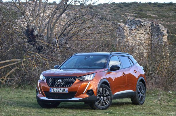 Peugeot 2008 kulmikas muoto muistuttaa nyt isoa.3008: