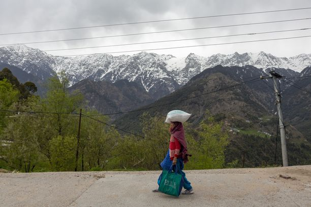 Koronavirusepidemia on parantanut ilmanlaatua Intiassa. Taustalla Himalajan vuoristoa.