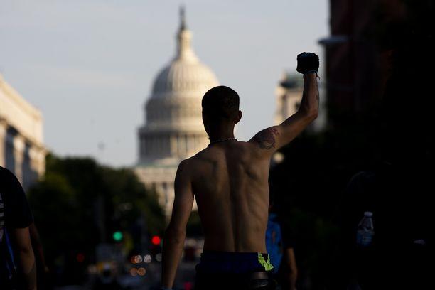 Black Lives Matter -mielenosoittaja lähellä Yhdysvaltojen kongressia Washingtonissa.
