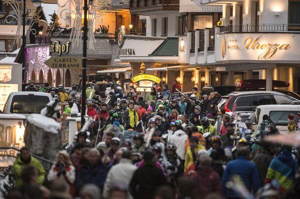 Ischgl on yksi Itävallan Alppien suurimmista hiihtokeskuksista. Koronalingon aikaan kohteessa oli kymmenisentuhatta asiakasta.