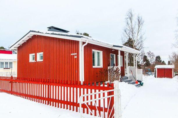Oulussa on reilusti vaihtoehtoja, jos budjetti on 200 000 euroa. Tämä pieni omakotitalo sijaitsee Karjasillan alueella Oulussa. Matkaa keskustaan on autolla noin viitisen minuuttia.