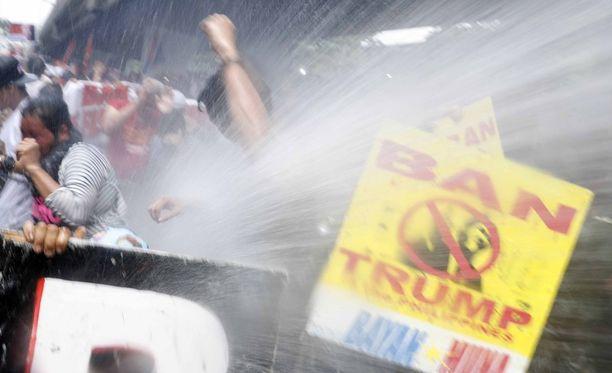 Trumpin vastaiset mielenosoitukset hajotettiin vesitykeillä.
