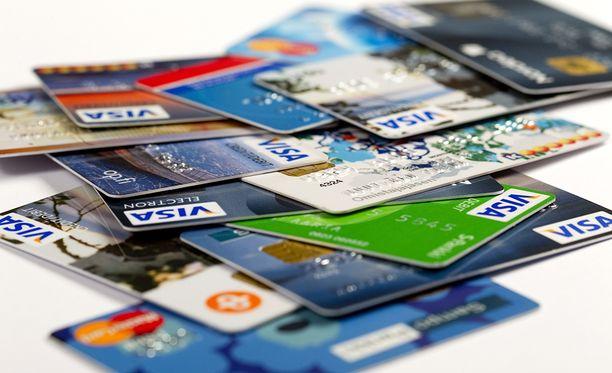 Hallitus haluaa suitsia luottokorttien lisämaksuja.