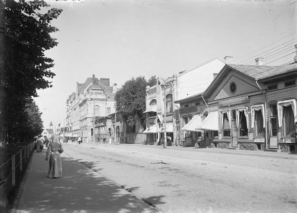 Näkymä Torkkelinkadulta 1900-luvun alun Viipurista.