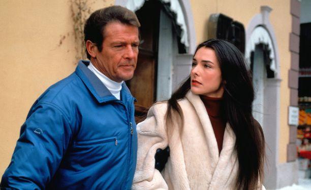 Moore näyttelijä Carol Bouquetin kanssa vuonna 1981.