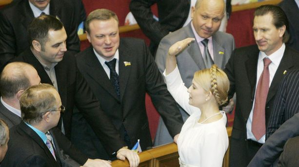 Julia Tymoshenko tervehti kansanedustajia Ukrainan parlamentissa.