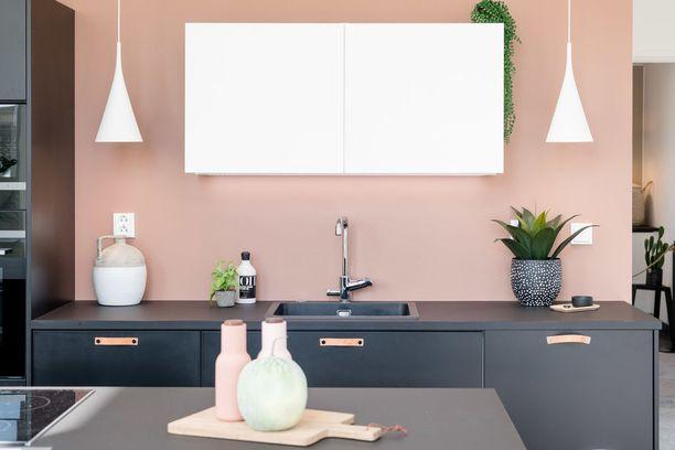 Pelkistettyyn, moderniin keittiöön voi tuoda helposti väriä välitilan avulla. Muista huolehtia, että maali kestää kulutusta.