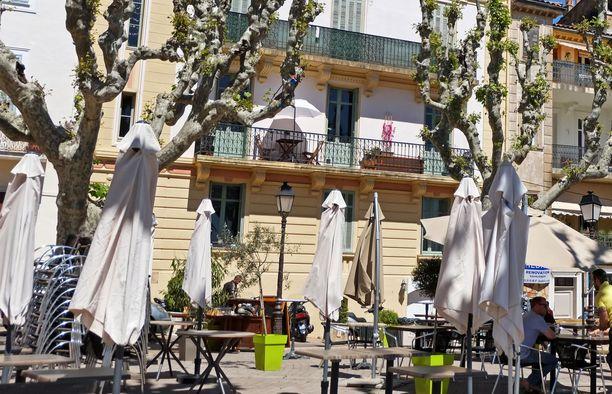 Pariskunta tippui toisen kerroksen parvekkeelta Le Cannetissa lähellä Cannesia. Kuvituskuva.