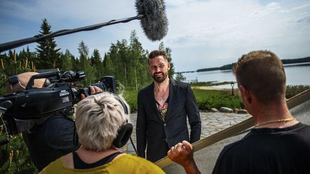 Nelonen kertoi maanantaina Vain elämää -ohjelman jatkumisesta tulevana kesänä. –Kuten kaikkien sarjojen osalta, myös Vain elämää -ohjelmassa on kerrottu esiintyjille, miten turvallisuus taataan ohjelmassa, Nelosen televisiojohtaja Ville Toivonen sanoo.