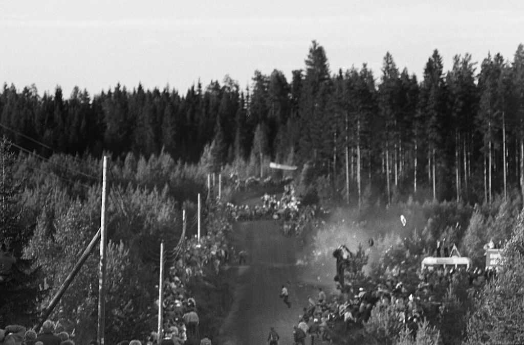 Julian Roderickin Chevette tekee voltteja, ja katsojat pakenevat kauhuissaan alta pois. Onnettomuus sattui Suurajoissa 24.8.1984.