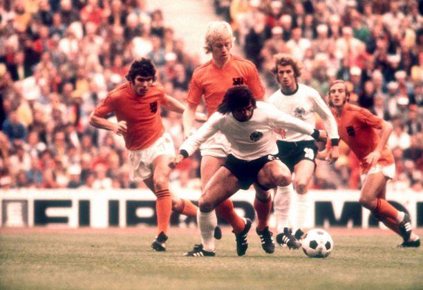 Gerd Müller Hollannin puolustuksen riesana MM-finaalissa 1974. Tilanteessa mukana myös Länsi-Saksan Rainer Bonhof sekä Hollannin Wim Rijsbergen (vas.) Wim van Hanegem ja Johan Neeskens.