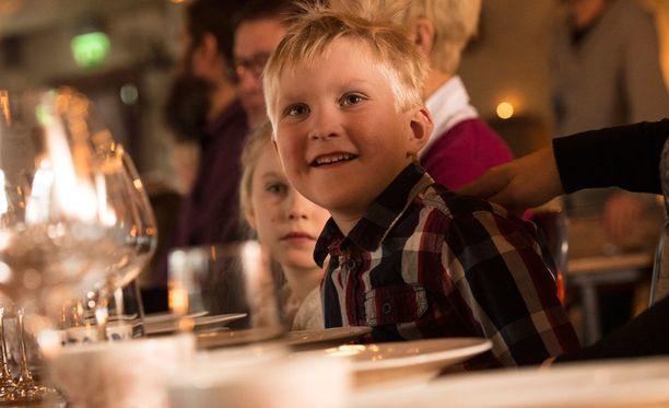 Vanhempi tuntee oman lapsensa ja tietää, mikä saa lapsen viihtymään. Ravintolassa käymiseen on hyvä valmistautua vaikka ottamalla värityskirja mukaan.