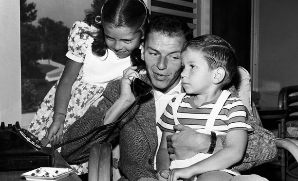 Nancy and Frank Jr. isänsä sylissä vuonna 1948.