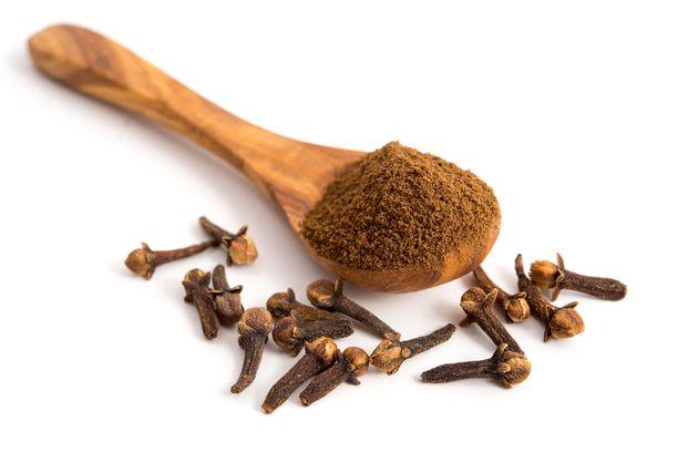 Tipakan makuinen kokonainen mausteneilikka voi pureskeltuna hillitä yskänpuuskaa.