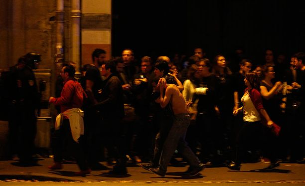 Poliisi ohjaisi panttivankeina olleet ihmiset pois Bataclan-teatterista.