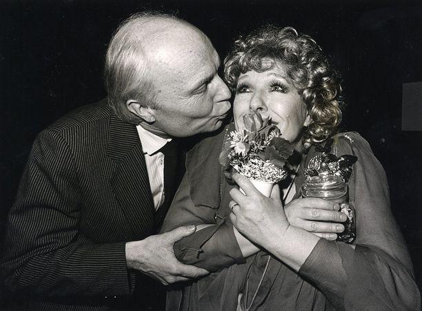 Calle Öhman onnittelee Leppästä vuonna 1983.