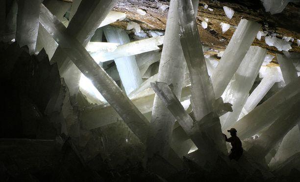 Naican luolaston jotkut kristallit ovat jopa viisi metriä pitkiä. Ne ovat muodostuneet miljoonien vuosien kuluessa.