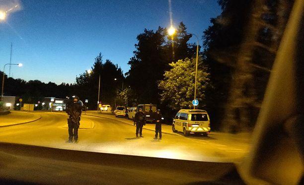 Poliisi eristi Hells Angelsin kerhorakennusten ympäristön. Kuva on Ruukinsillalta.