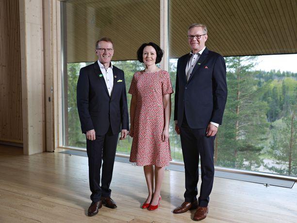 Pentti Hyttinen, rouva Jenni Haukio ja Metsähallituksen hallituksen puheenjohtaja Timo Laitinen kuvattiin Haltiassa.