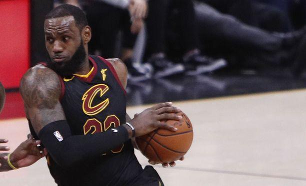 NBA-tähti LeBron Jamesin vaihtaa seuraa ja siirtyy Los Angeles Lakersiin.
