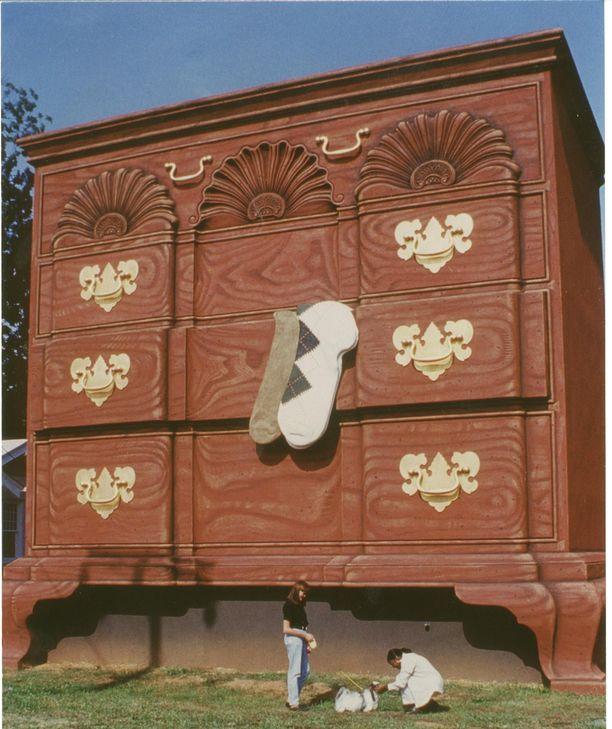 Pohjois-Carolinan High Pointissa on ollut paljon huonekaluteollisuutta. Sen kunniaksi kaupunkiin on myös pystytetty maailman suurin lipasto.