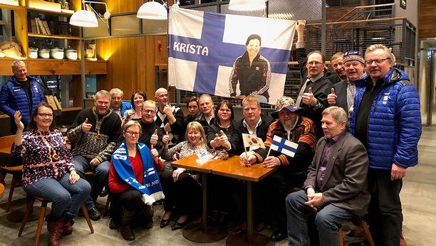 Lapin olympiaryhmän mitalikahveilla oli mukana myös Kristan vanhemmat, Kirsi ja Ari Lähteenmäki (kesk.).