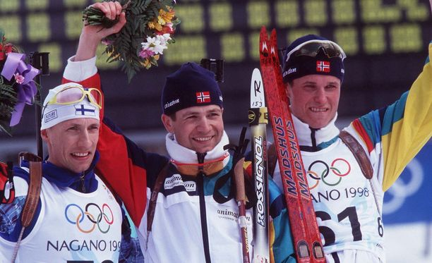 Ampumahiihtäjä Ville Räikkönen (vas.) saavutti olympiapronssia 10 kilometrin mittelössä Naganon kisoissa vuonna 1998. Kultaa voitti Norjan legenda Ole Einar Björndalen ja hopeaa norjalainen Frode Anderssen.