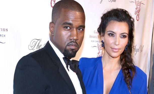 Kim Kardashian jätti punaisen maton väliin, ja lensi Los Angelesiin miehen Kanye Westin tueksi.