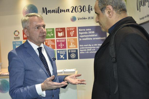 Ulkoministeri Pekka Haavisto keskusteli kansalaisten kanssa lauantaina Libyan ja Syyrian sodista koulutusalan Educa-messuilla Helsingissä.
